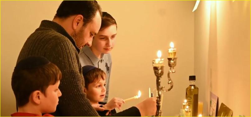 Ophef rond het rondlopen met en aansteken van de joodse kandelaar ter ere van het Chanoekafeest
